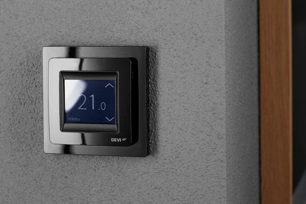 DEVIreg™ Touch черного цвета в интерьере
